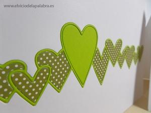 Para destacar el corazón más grande lo añadí del mismo color que el contorno. / To highlight the outline, I added the biggest heart with the same cardstock colour.