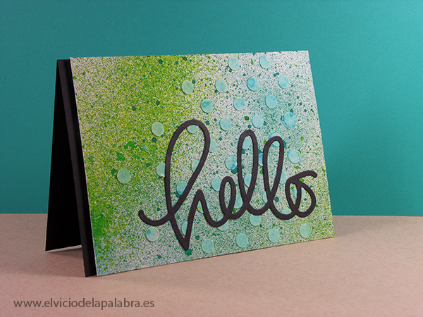 Tarjeta creativa (cardmaking) realizada con sprays Dylusions y embossing paste