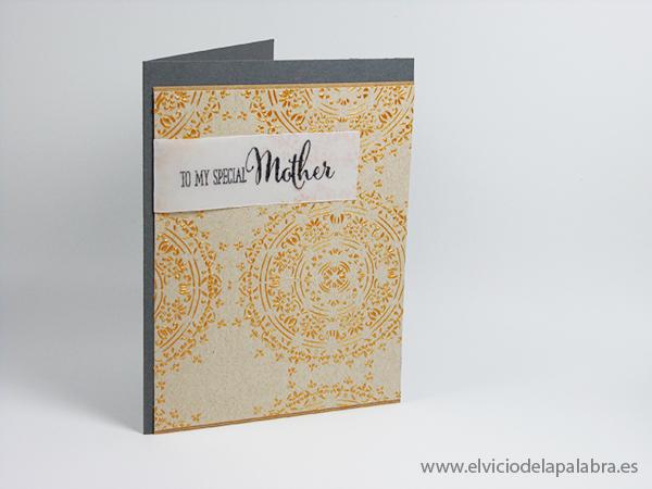 Tarjeta creativa elaborada con la plantilla Encajes y embossing paste dorado