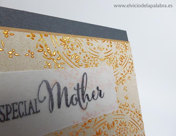 Tarjeta creativa elaborada con la plantilla Encajes y embossing paste doradoTarjeta creativa elaborada con la plantilla Encajes y embossing paste dorado