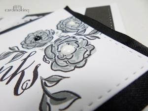 Tarjeta creativa de flores en blanco y negro