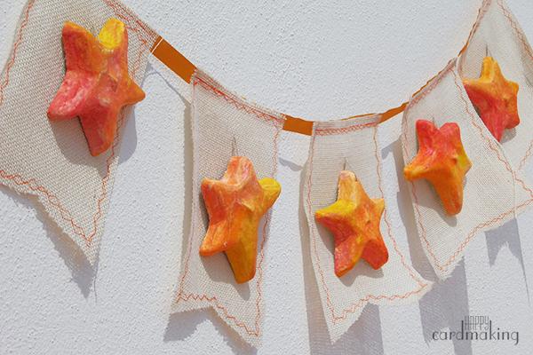 Guirnalda de estrellas pintadas con gelatos de Faber-Castell