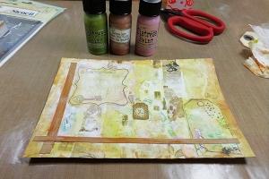 Tarteta creativa artística para Sara con adornos, tintas, papeles y embossing paste