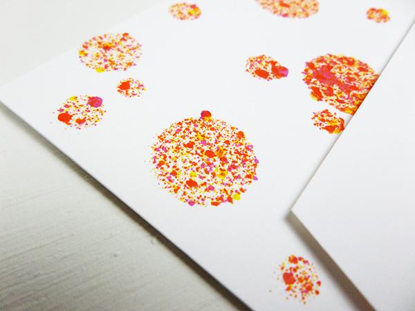Tarjeta creativa elaborada con pintura acrílica en spray y el stencil nuevo Bokeh de La Pareja Creativa