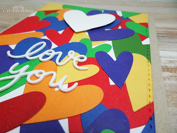 Tarjeta creativa elaborada con muchos corazones olvidados en un cajón
