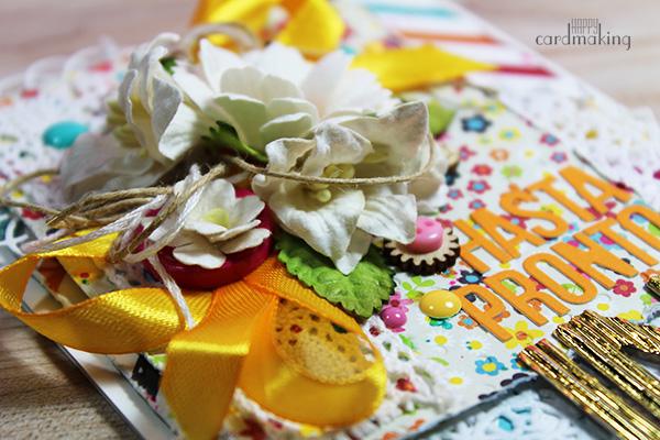 Tarjeta creativa hecha a mano con múltiples adornos