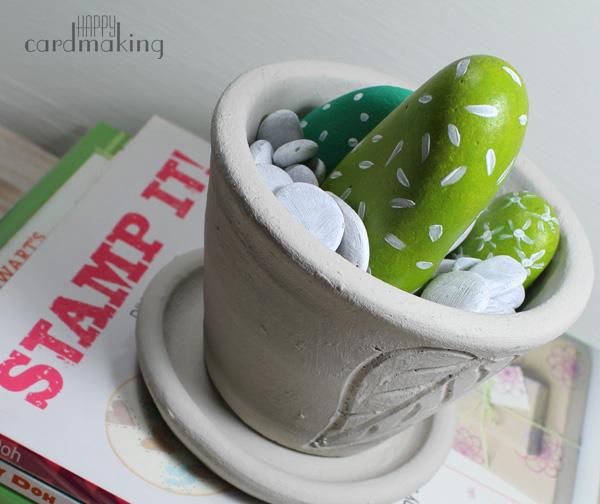 Piedras y tiesto pintados con productos de DecoArt