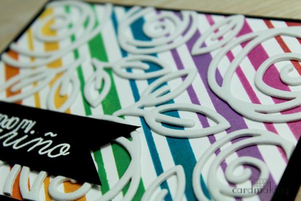 Tarjeta creativa realizada sobre panel de líneas con flores de foam