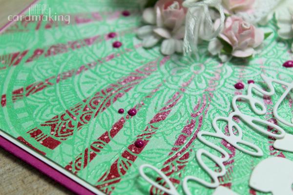 Tarjeta creativa romántica elaborada con flores y stencil
