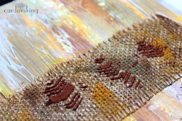 Detalle de la pasta con stencil sobre burlap