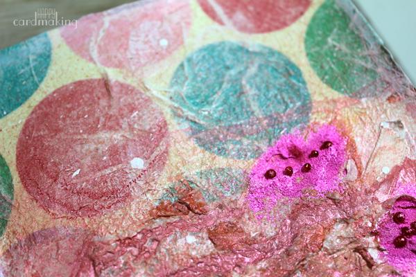La textura de las capas de papel añaden interés en el art journal